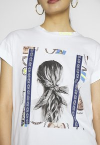 Rich & Royal - T-shirts med print - white - 5