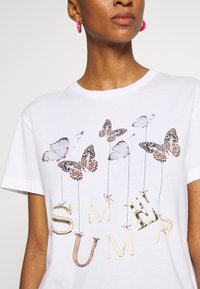 Rich & Royal - BUTTERFLY PRINT - T-shirts med print - white - 5