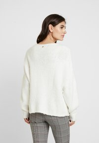 Rich & Royal - CREW NECK CHUNKY SEAMLESS - Neule - pearl white - 2