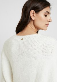 Rich & Royal - CREW NECK CHUNKY SEAMLESS - Neule - pearl white - 4