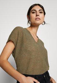 Rich & Royal - CREW NECK TIE BACK - T-shirts med print - safari green - 4