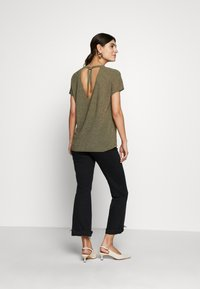 Rich & Royal - CREW NECK TIE BACK - T-shirts med print - safari green - 2