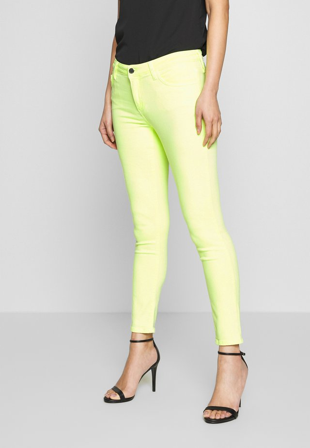 MIDI JEAN - Slim fit jeans - neon yellow