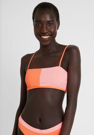 COLOUR BLOCK BANDEAU - Bikini-Top - pink/orange