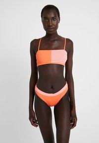 Rip Curl - COLOUR BLOCK BANDEAU - Bikiniyläosa - pink/orange - 1