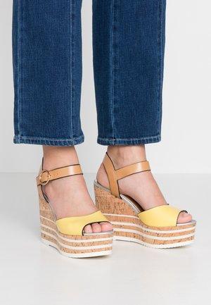 Sandály na vysokém podpatku - yellow bright
