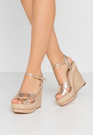 Sandály na vysokém podpatku - gold