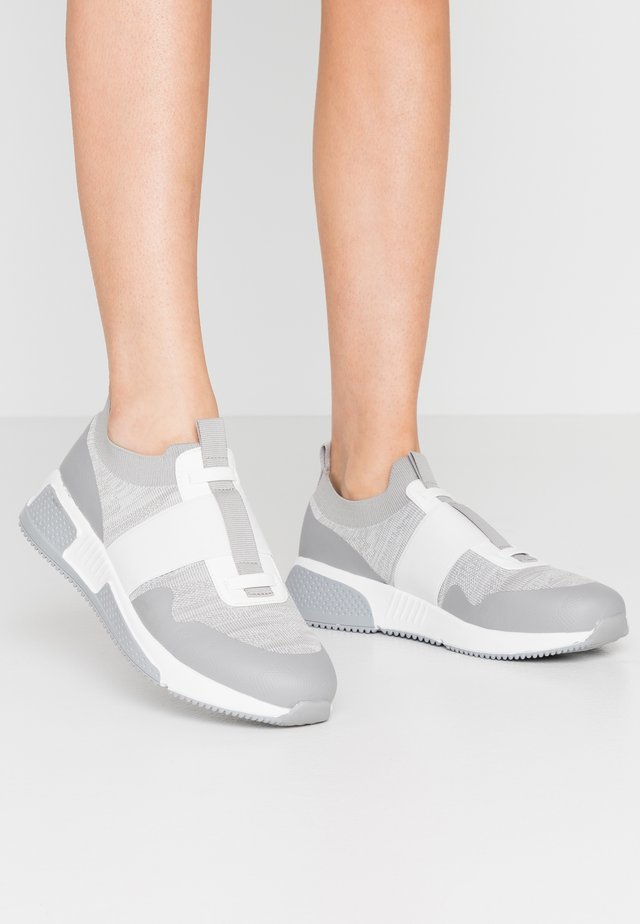 RACHEL FLY RUNNER WITH STRAPS - Slip-ons - grey