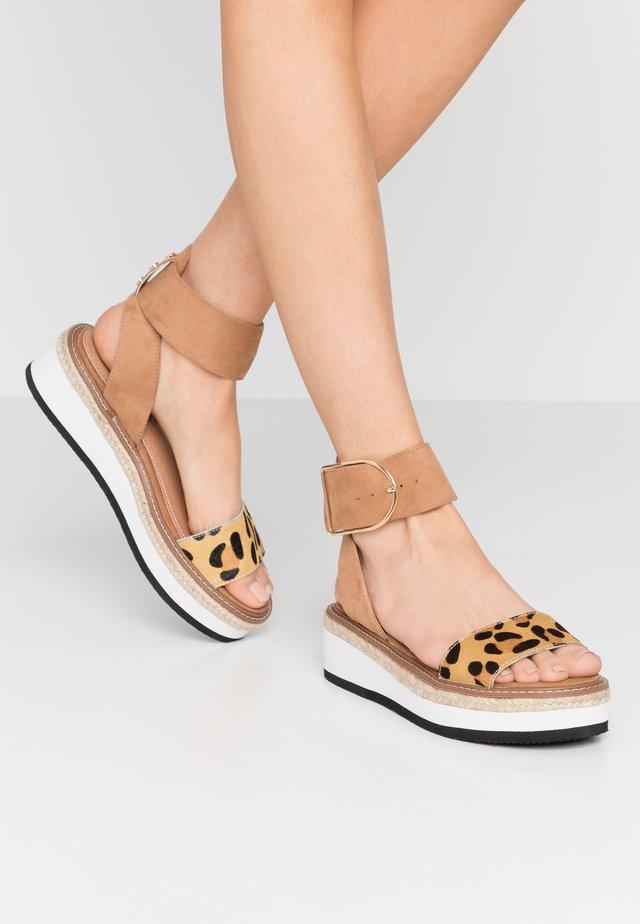 Korkeakorkoiset sandaalit - tan
