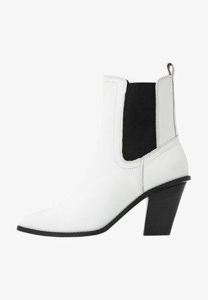Ankelboots med høye hæler - white