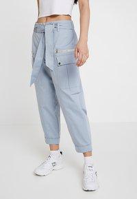 River Island - Pantalones cargo - light blue - 0