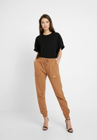 River Island - Pantalon de survêtement - toffee - 1