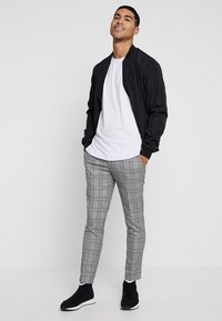 River Island - GARNET CHECK POW ULTRA - Broek - grey - 1
