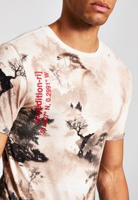 River Island - T-shirt med print - stone - 3