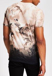River Island - T-shirt med print - stone - 2