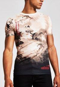 River Island - T-shirt med print - stone - 1
