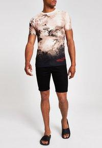 River Island - T-shirt med print - stone - 0