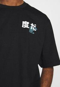 River Island - BLACK BOXY TEE - T-shirt con stampa - black - 5