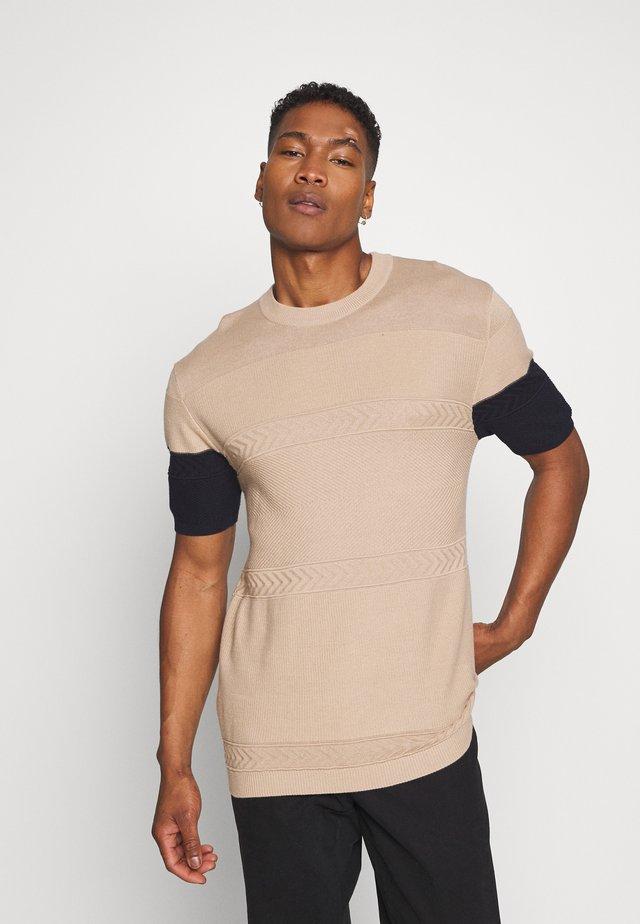 TEXTURE TEE - T-shirt imprimé - camel