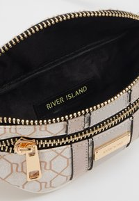 River Island - CHECKERBOARD BUMBAG - Vyölaukku - light grey - 2