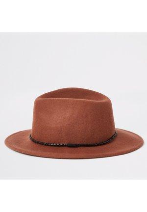 RUST FAUX LEATHER ROPE TRIM FEDORA HAT - Hatt - brown