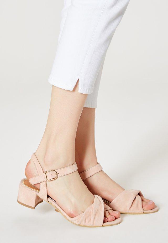 Sandaalit nilkkaremmillä - lachs