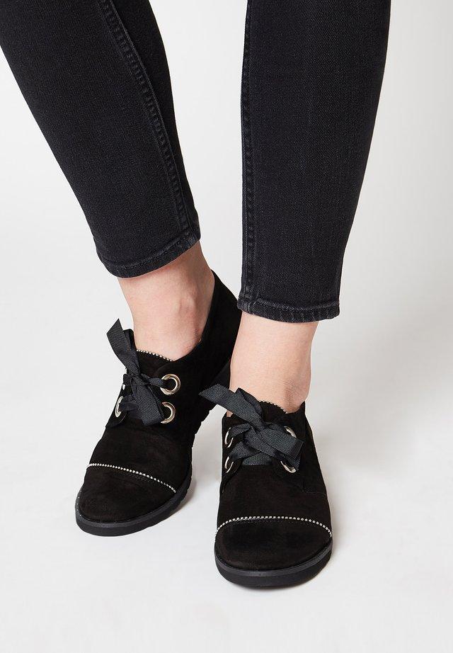 MIT RAFFINIERTEN DETAILS - Sznurowane obuwie sportowe - black