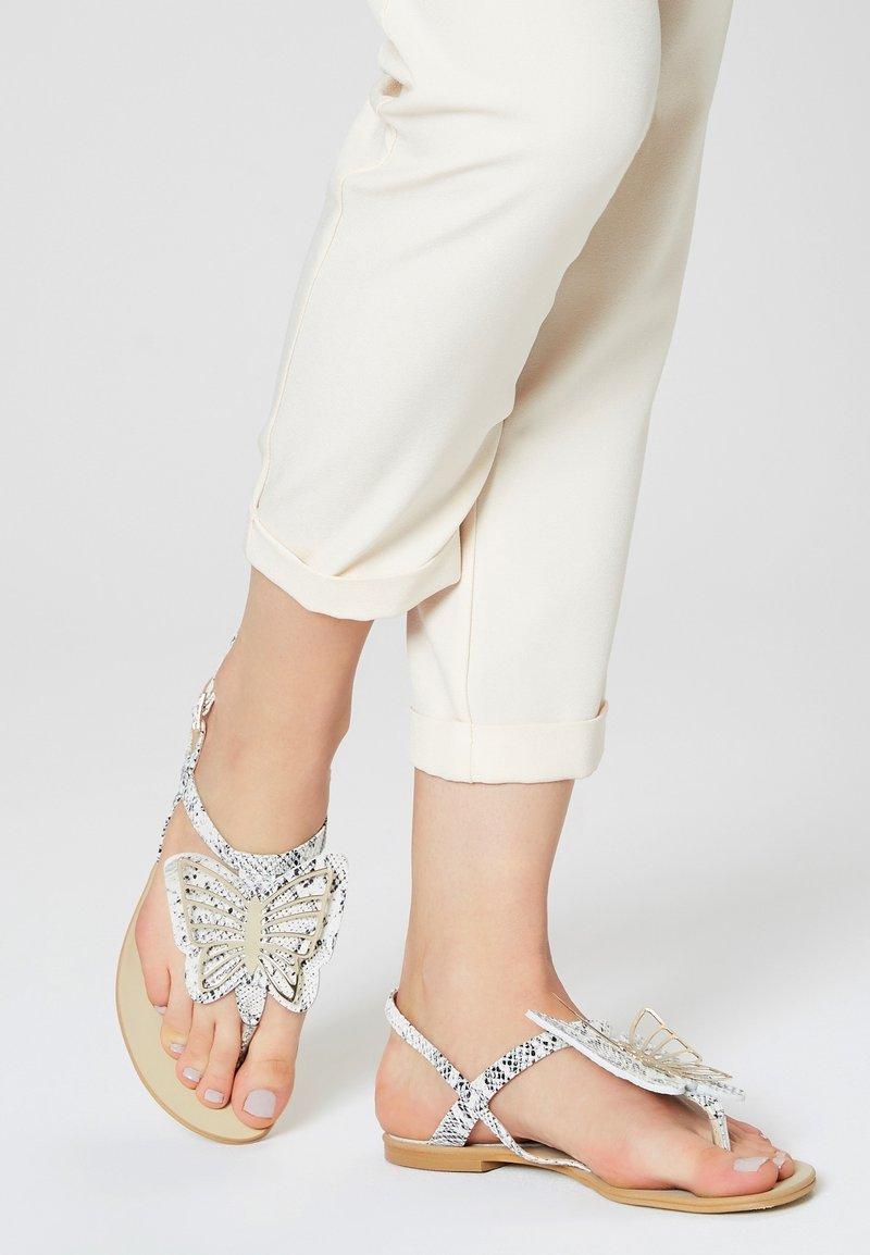 RISA - ZEHENTRENNER - Sandály s odděleným palcem - white