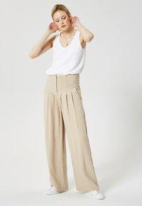 RISA - Pantalon classique - beige - 1