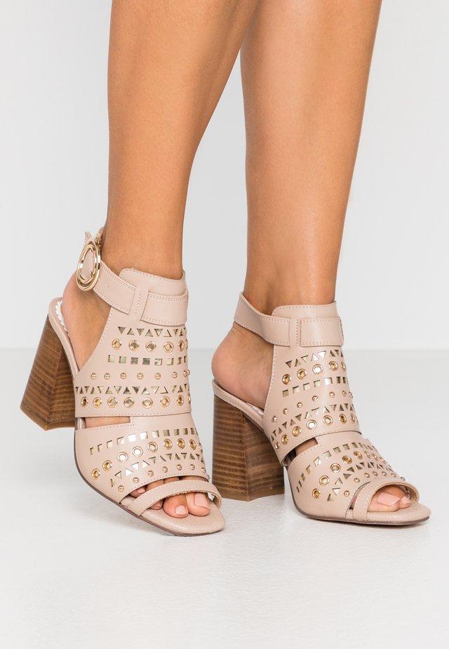 Sandales à talons hauts - nude
