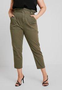 River Island Plus - Spodnie materiałowe - khaki - 0