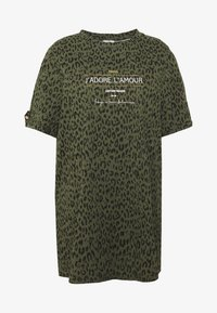 River Island Plus - PLUS J'ADORE L'AMOUR JUMBO - Camiseta estampada - khaki animal - 3