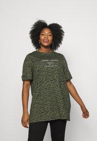 River Island Plus - PLUS J'ADORE L'AMOUR JUMBO - Print T-shirt - khaki animal - 0