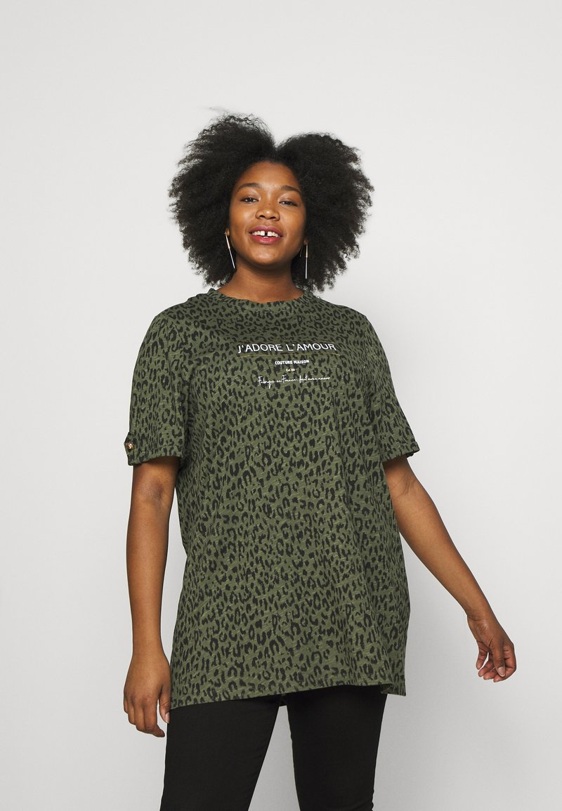 River Island Plus - PLUS J'ADORE L'AMOUR JUMBO - Print T-shirt - khaki animal