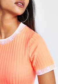 River Island Petite - T-shirt imprimé - orange