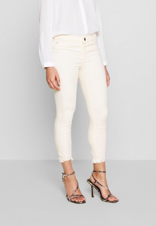 PETITE MOLLY BROOK - Skinny-Farkut - off white