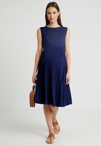 Ripe - KNIFE PLEAT DRESS ROUND NECK - Žerzejové šaty - dark blue - 1