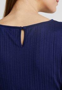 Ripe - KNIFE PLEAT DRESS ROUND NECK - Žerzejové šaty - dark blue - 4