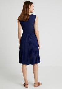 Ripe - KNIFE PLEAT DRESS ROUND NECK - Žerzejové šaty - dark blue - 2