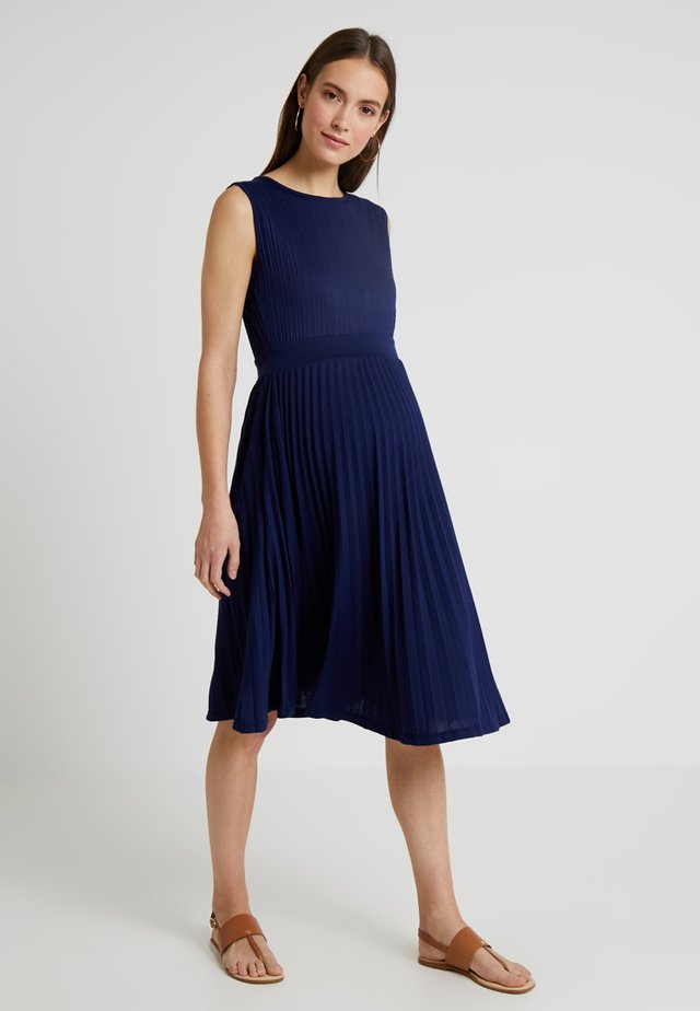 KNIFE PLEAT DRESS ROUND NECK - Trikoomekko - dark blue