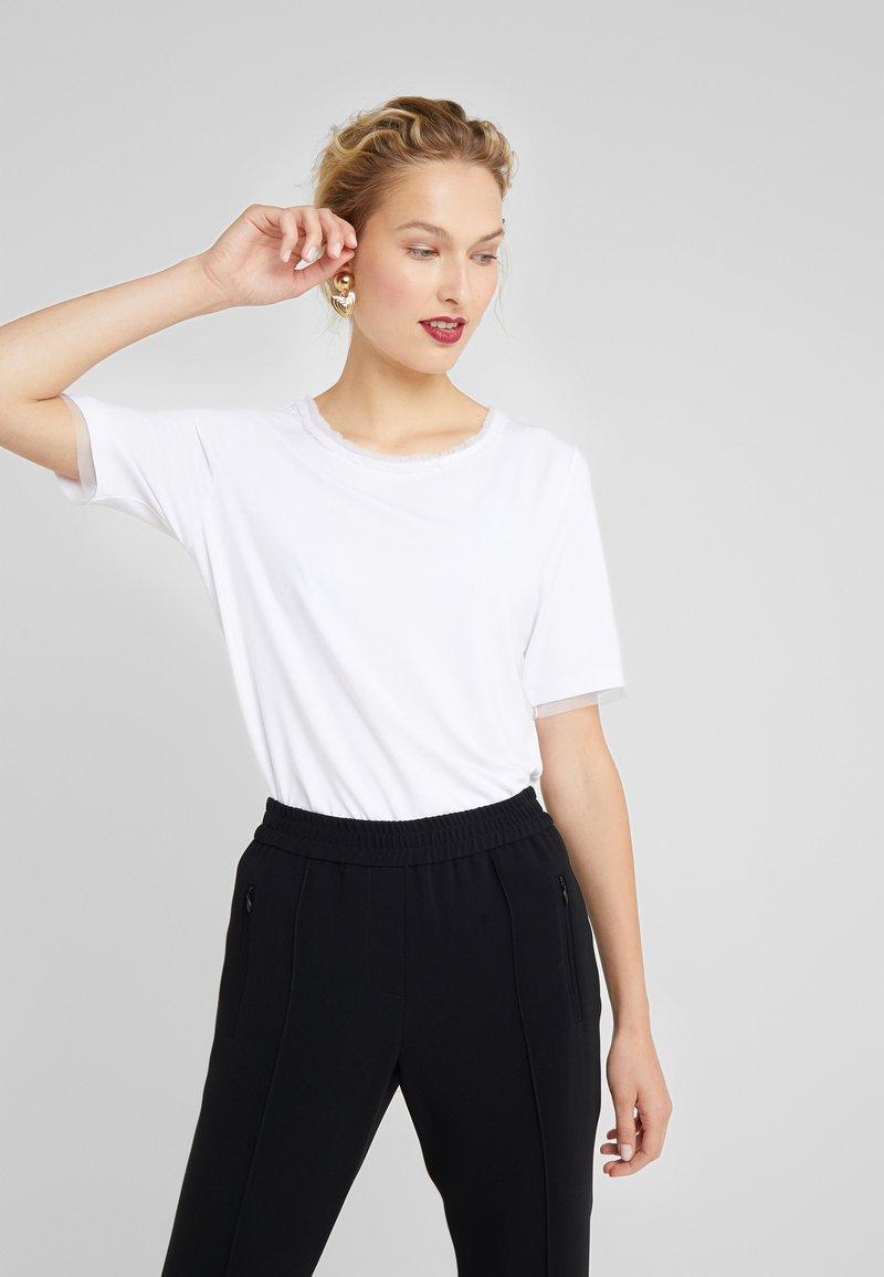 RIANI - T-shirt med print - white