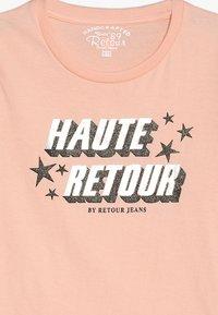 Retour Jeans - ROBYN - Triko spotiskem - bleached peach - 3