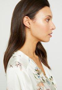 Orelia - MINI STARBURST CHANDELIER EARRINGS - Náušnice - pale gold-coloured - 1