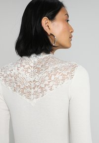 Rosemunde - SILK-MIX T-SHIRT WITH LACE - Topper langermet - ivory - 3