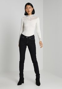 Rosemunde - SILK-MIX T-SHIRT WITH LACE - Topper langermet - ivory - 1