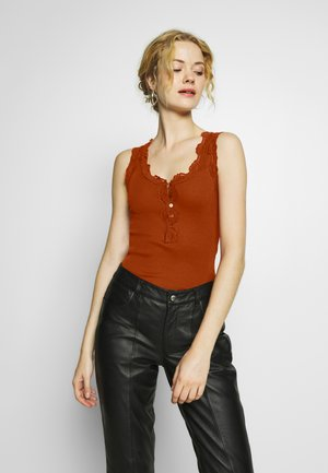SILK-MIX TOP REGULAR W/BUTTON & VINTAGE LACE - Topper - red ochre