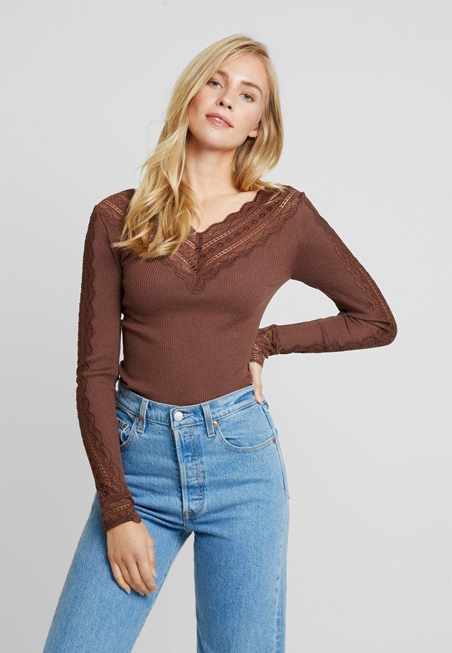 SILK-MIX T-SHIRT REGULAR LS W/WIDE LACE - Long sleeved top - chestnut