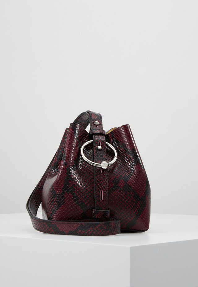 MINI KATE BUCKET PYTHON - Sac à main - pinot noir