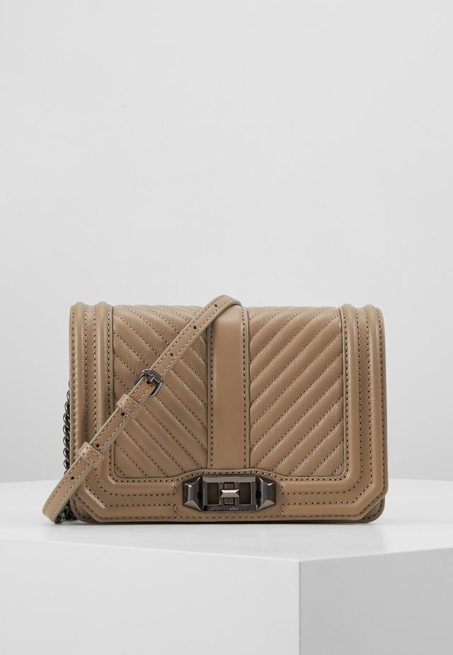 CHEVRON QUILTED SMALL LOVE CROSSBODY - Axelremsväska - sandrift