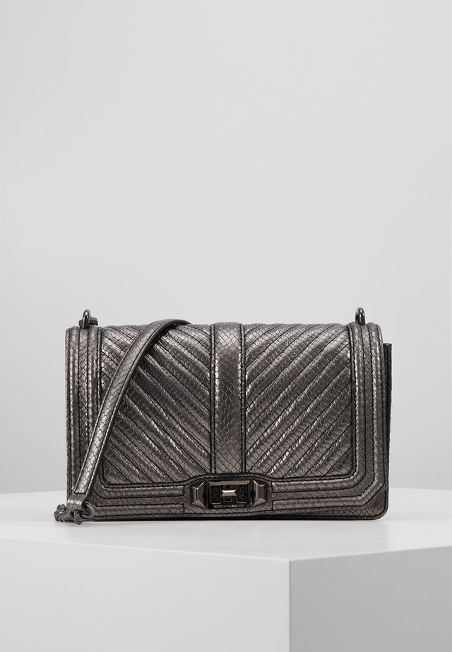 CHEVRON QUILTED LOVE CROSSBODY - Axelremsväska - anthracite